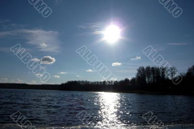 Sky, sun and water of lake.