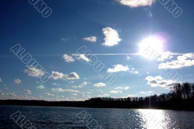 Sky, sun and water of lake.