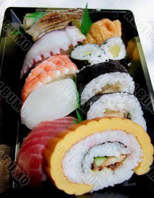 Lunch box without chopsticks
