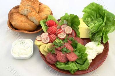 Fresh food plate with rollbread
