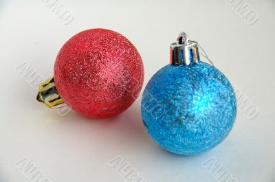 Red and blue christmas bulbs