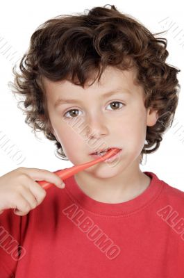 child cleaning the teeth
