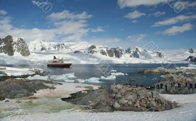 Cruise ship & tourists, amid icebergs