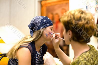 Preparing make up to actress before scene: Brush