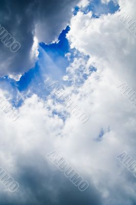 sunbeams shning trough clouds