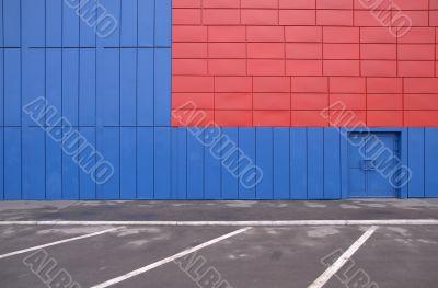 Marking of parking near a motley wall facing