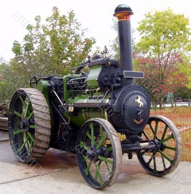 green and black traction engine