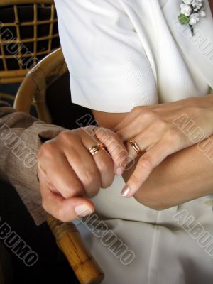 Hands during the wedding