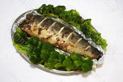 Baked pink salmon served with broccoli