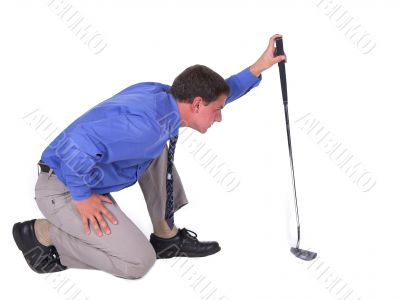 Man with blue shirt aiming over putter