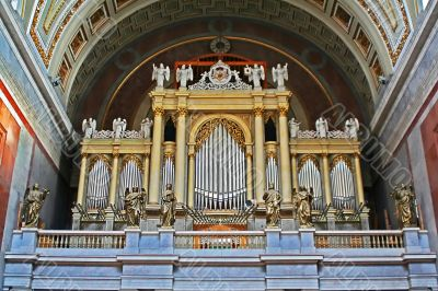 organ and statues