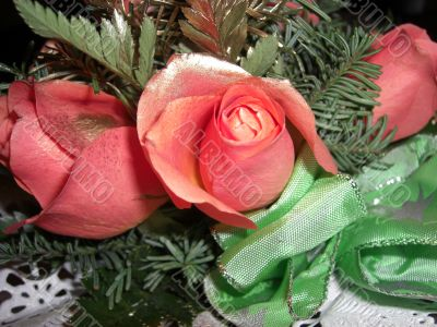 roses with golden glitter and green bow