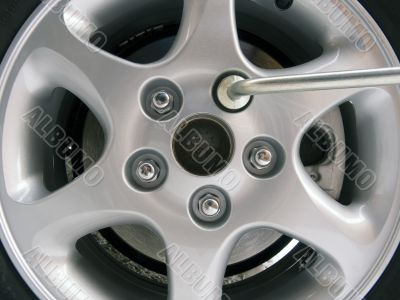 Replacement of an automobile wheel