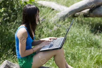 Teenager mit Laptop