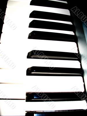 High contrast synthesizer keyboard