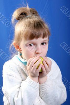 girl eat the apple