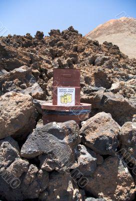 packs deposit between rocks