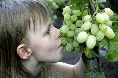 girl eat the grape