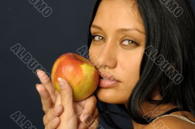 woman`s keeping the raw apple