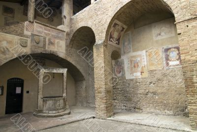 San Gimignano (Siena) - Court with well and staircase