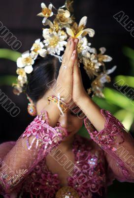 Indonesian bride prays