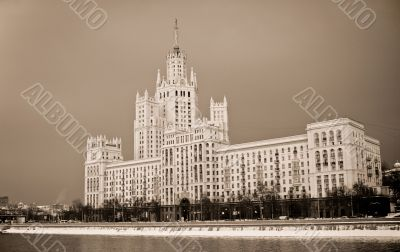 Large apartment house on the Moscow river