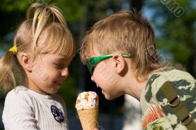 Children eat icecream