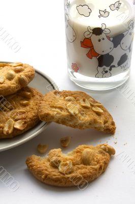 Peanut cookies with milk