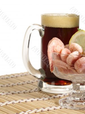 The ale mug with shrimp in the bowl on table