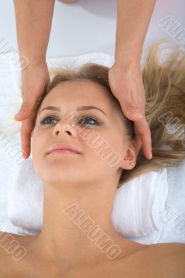 facial massage to the girl
