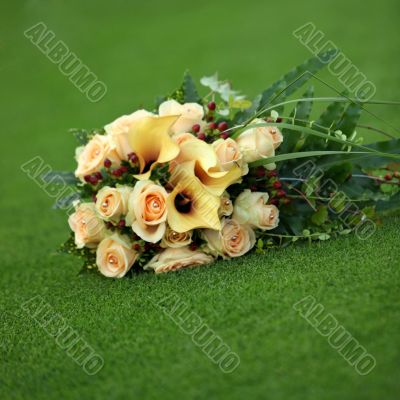 Bouquet of yellow callas and roses
