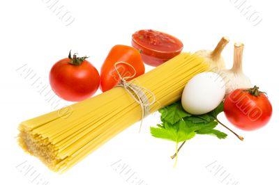 Raw spaghetti and few fresh tomatoes, pepper, egg, garlic