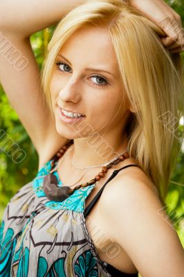 Portrait of a happy young woman posing in a park - Outdoor. Vert