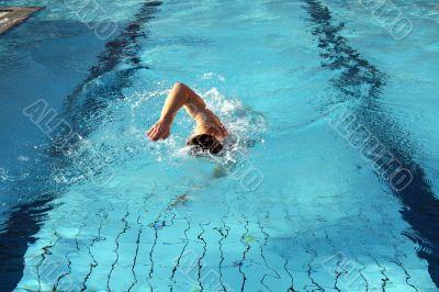 a man learn swim the crawl in water