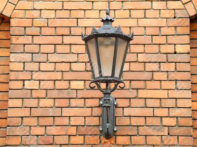The lantern on the wall of bricks