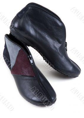 Feminine leather shoe with corduroy insertion