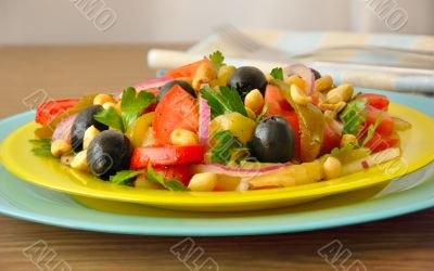 Salad of roasted peppers with tomato, peanuts and olives