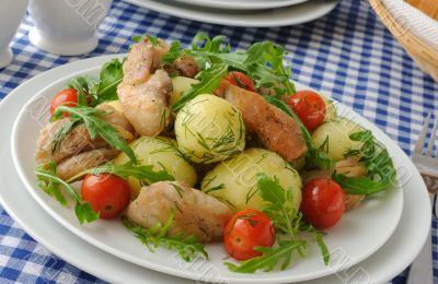 Boiled potatoes with chicken and tomato