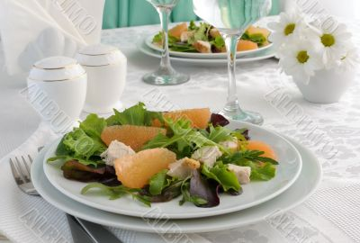 Chicken salad with grapefruit and a mixture of fresh salads