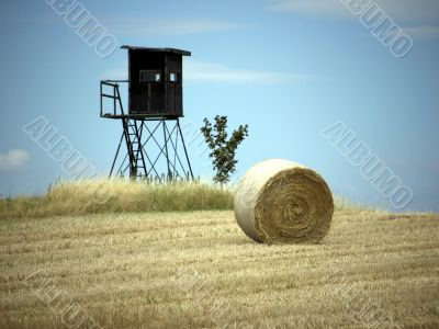 High seat and straw bales
