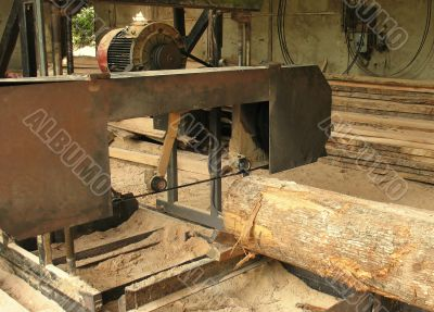 Sawing machine for wood processing