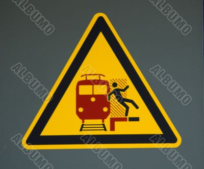 Vorsicht am Bahnsteig - Schild mit Warnung,Care in the platform - sign with warning