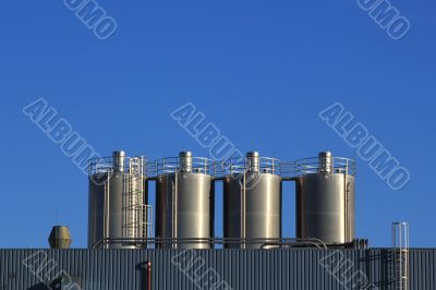 Fabrik mit blauem Himmel