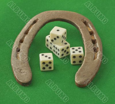 Horseshoe with dice