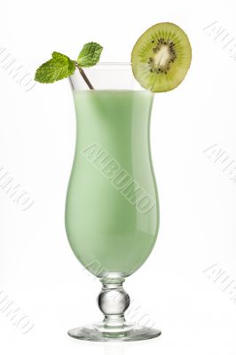 kiwi juice with slice of kiwi and peppermint