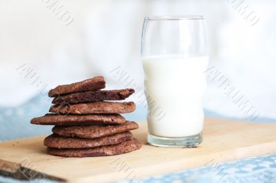 a glass of milk and chocolate cookies