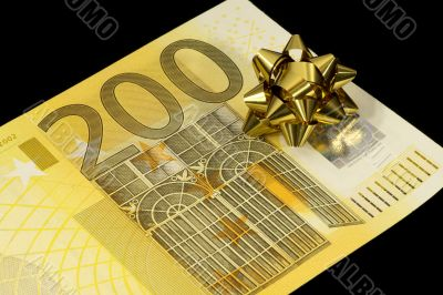 The banknote of 200 euro is a gift