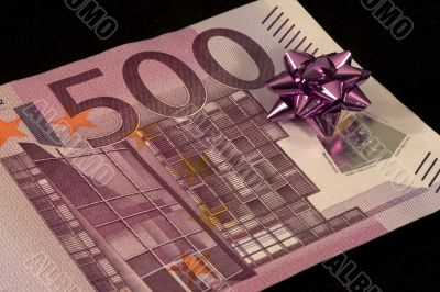 The banknote of 500 euro is a gift