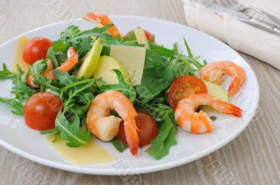 Spicy salad of arugula with cherry tomatoes and shrimp