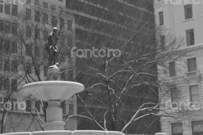 Pulitzer Fountain with the snow in movement